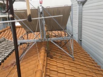 架台の乗った瓦屋根