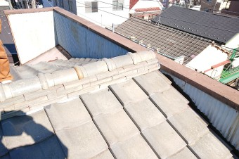 瓦屋根とパラペットを組み合わせた家