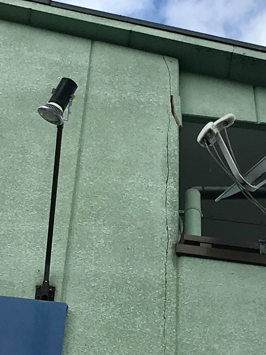 外壁に縦の大きなひび割れ写真