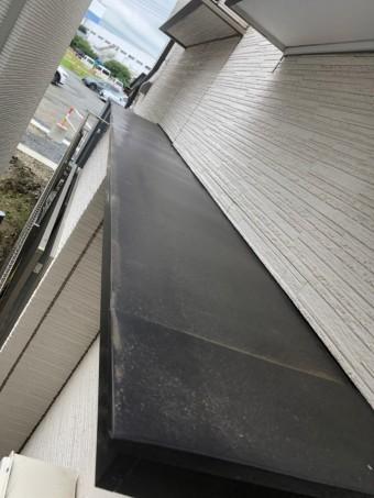 窓の上の屋根有刺鉄線施工前