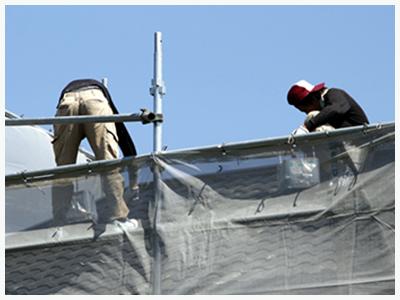 屋根を工事している2人の作業員