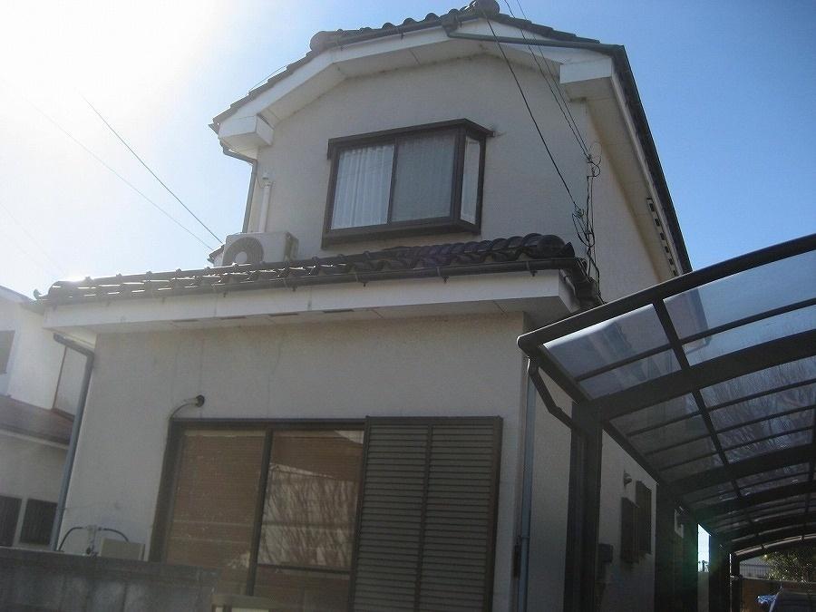 久喜市で瓦屋根の漆喰剥がれと外壁ヒビ、雨樋の歪みもあり現場調査です