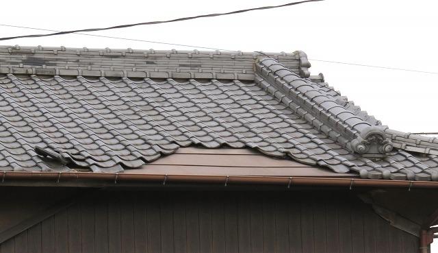 台風の瓦屋根の写真