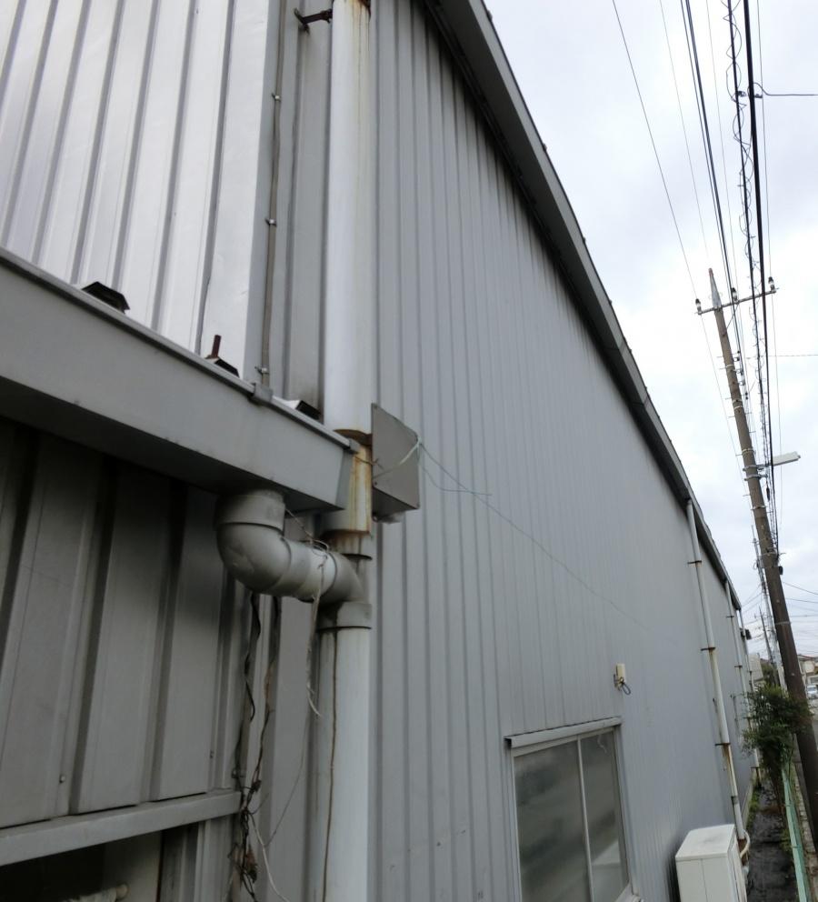 川越市にある倉庫で雨樋の歪みの調査を行いました