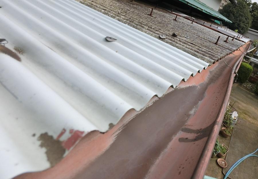 上尾市の住宅で雨樋の歪みを発見!ポリカ波板も破損で現場調査です