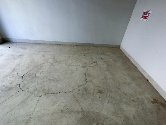 床コンクリートひび割れ