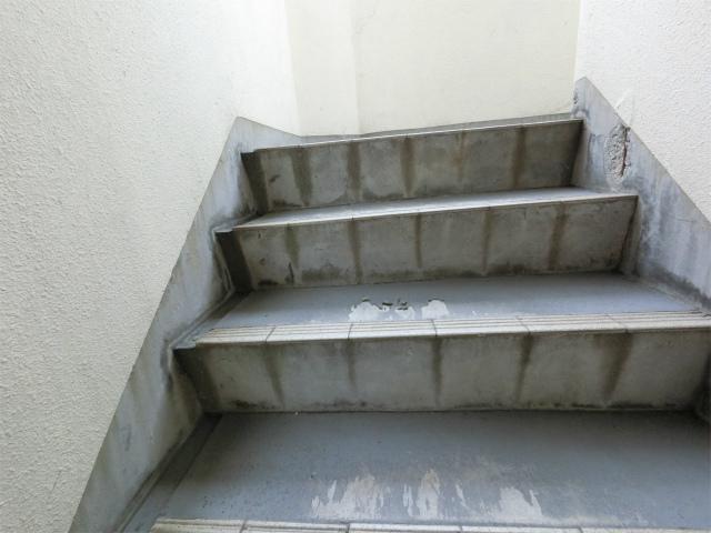 階段コンクリートの剥がれ