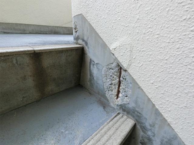 階段横壁のひび割れ