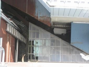 アパートトタン屋根破損写真