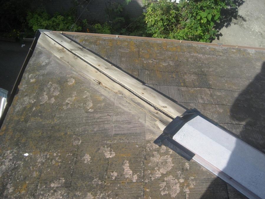 台風で剥がれた棟板金の写真
