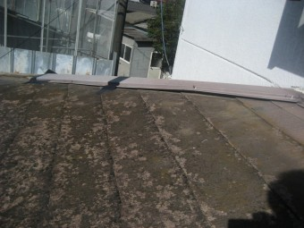 棟板金の浮きの写真