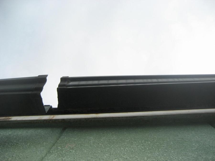 雨樋が割れて破損写真