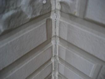 鴻巣市で外壁縦ヒビ写真