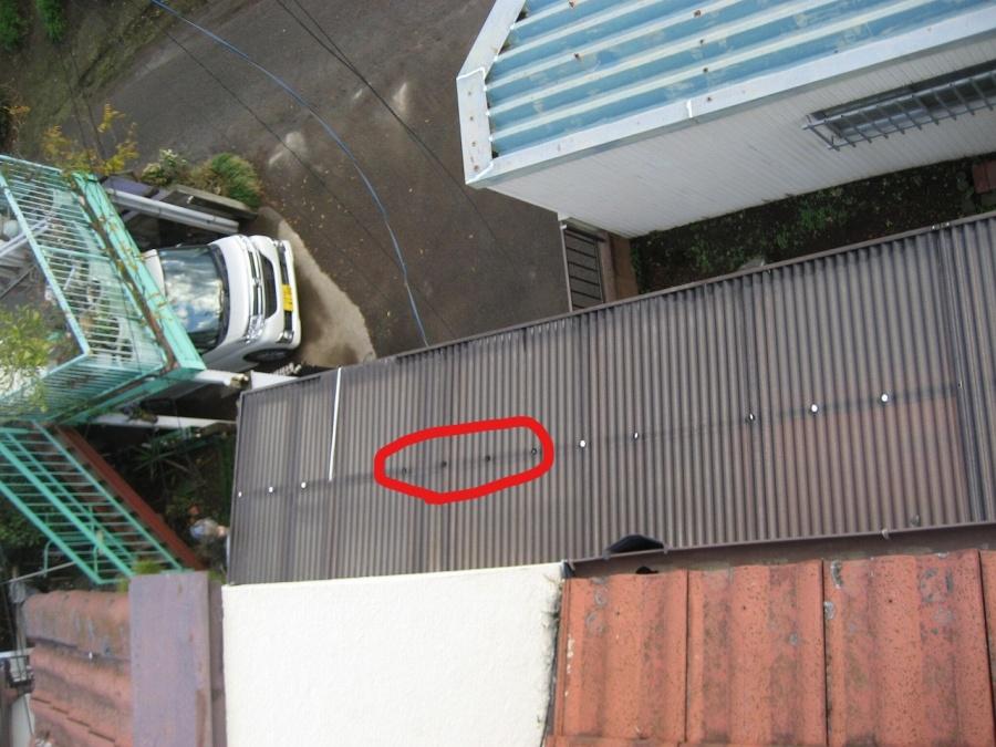 トタン屋根の釘が取れた写真