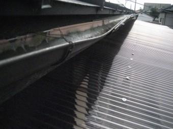 雨樋に土溜まり写真