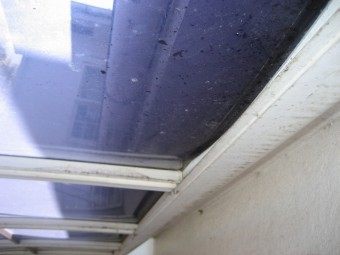 ベランダ屋根 凹み 裏側