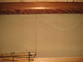 室内の壁の雨漏りとひび割れ