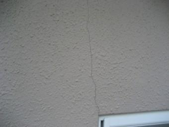 桶川市の外壁縦ヒビ割れの写真