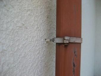 縦樋の留め具浮き写真