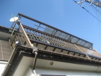 鴻巣市でトタン屋根を下から見た写真