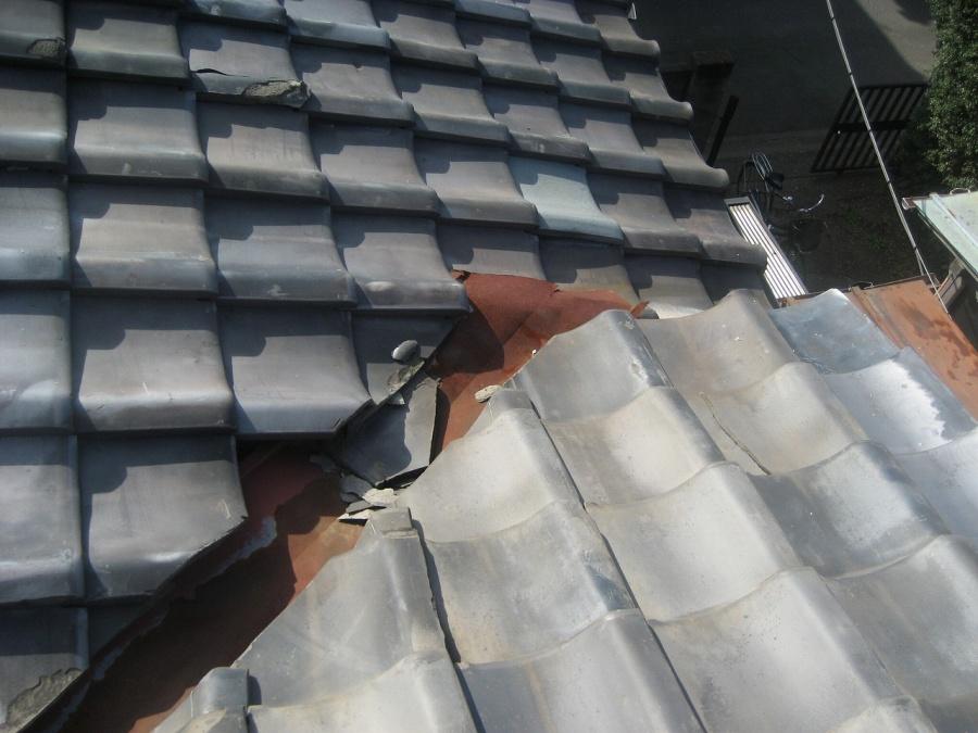 瓦屋根の割れ写真