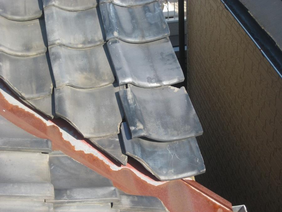 上尾市の瓦屋根の割れ写真