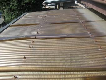 トタン屋根の歪み写真