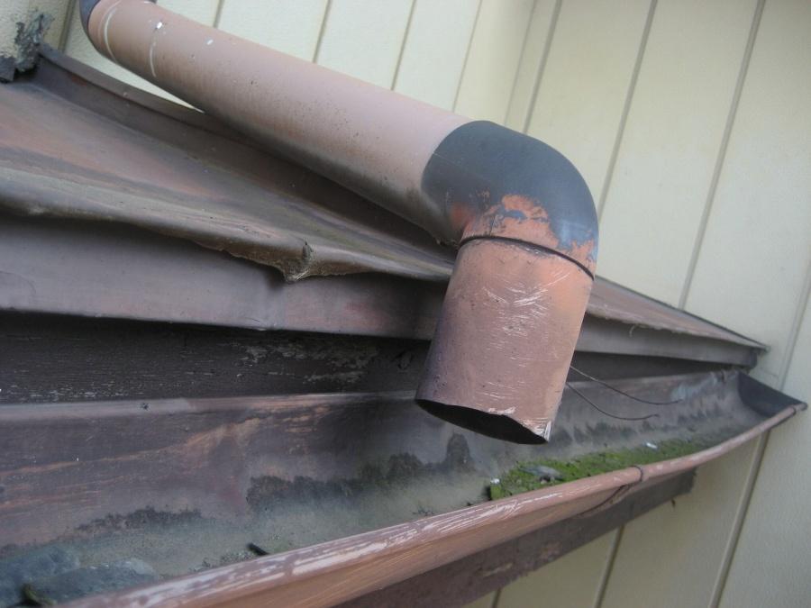 お家の裏側の雨樋写真