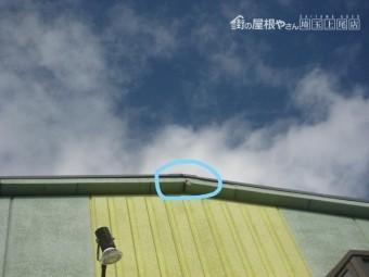 外壁の軒部分のひび割れ写真