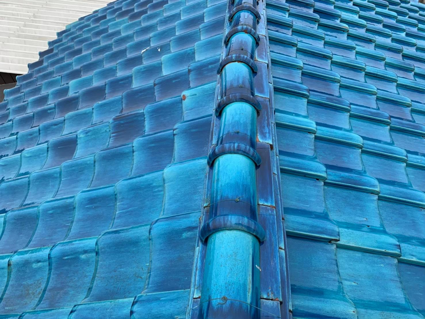 東京都調布市で屋根瓦のズレ、波板の破損と雨樋の歪みで調査です