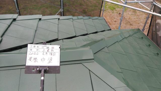 屋根塗装中塗り完了の様子