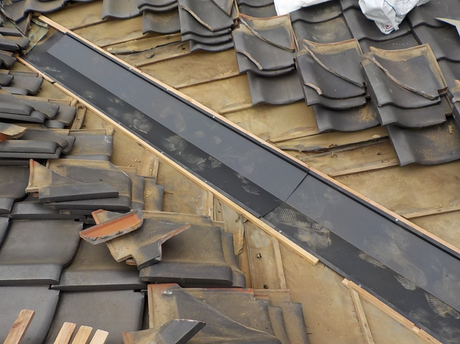 屋根瓦葺き替え工事 谷の銅板を丈夫なステンレスに交換