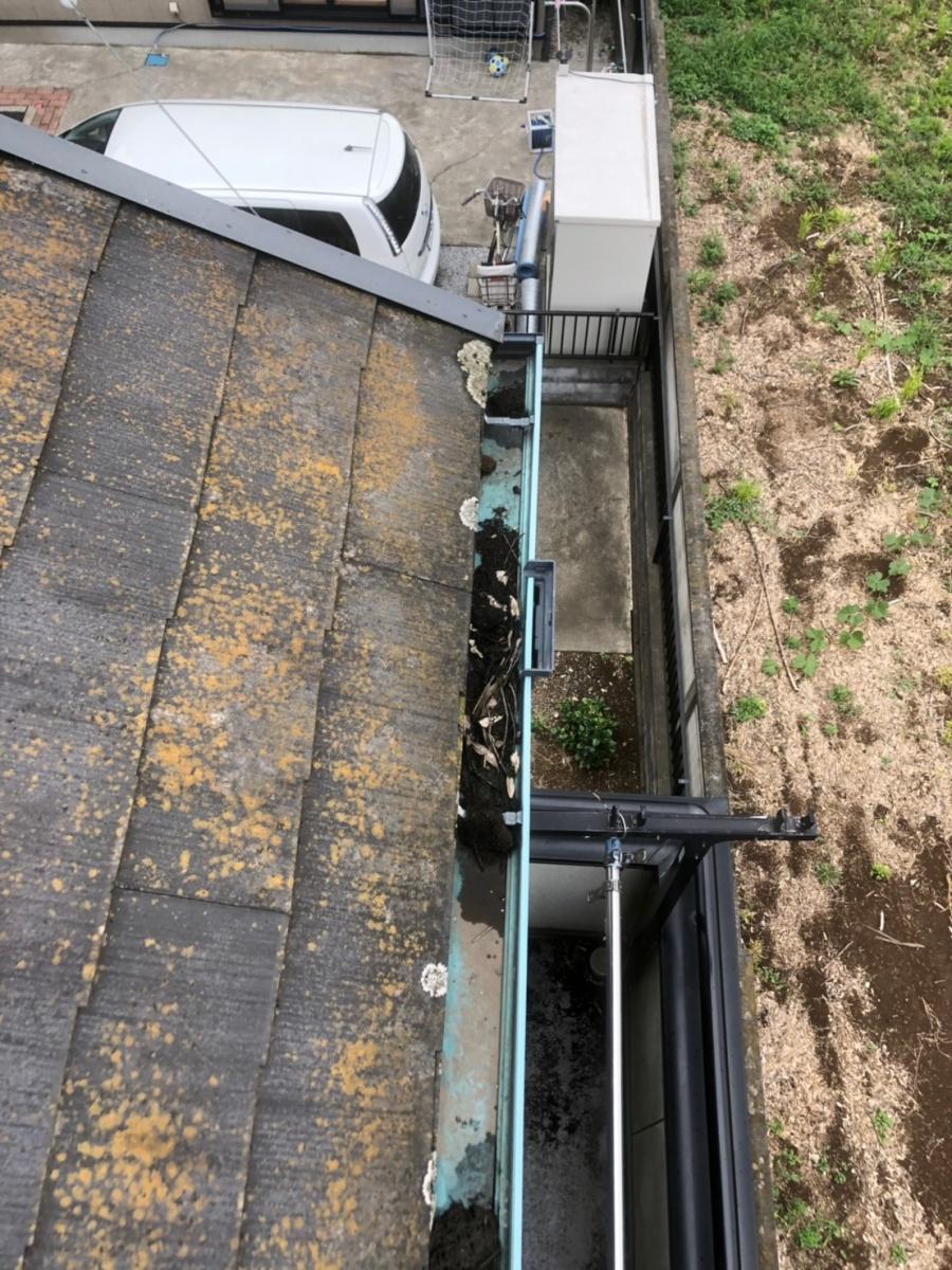 伊奈町雨樋の中に泥の詰まり