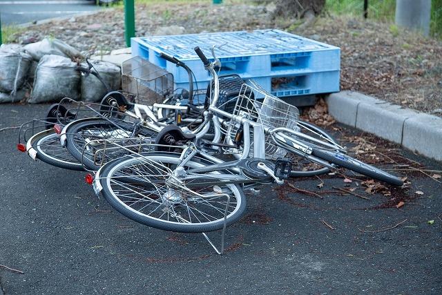 台風で自転車倒れる写真