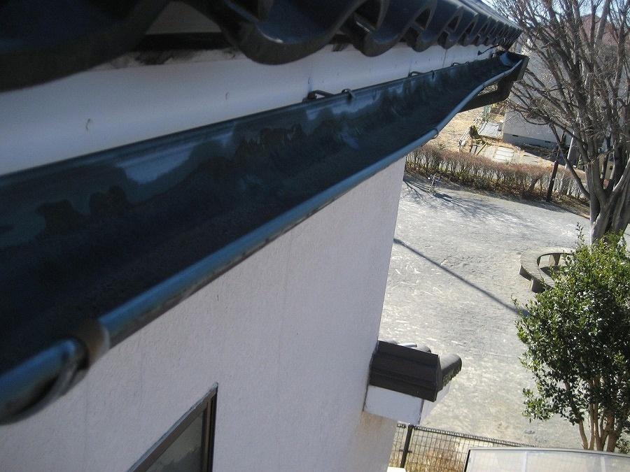 久喜市で雨樋反対側から撮影した歪みの様子
