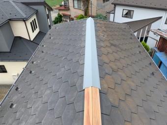 棟板金を一部張った屋根