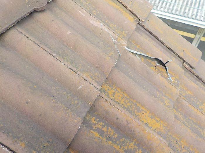 瓦屋根が破損した写真