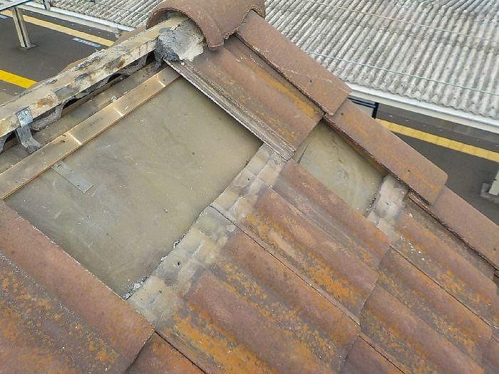 瓦と漆喰の解体作業写真