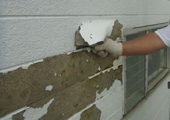 塗膜が浮き下地が完全に露出した外壁